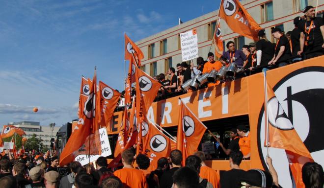 Piraten in der Stadt: die Netzbewegung und die Piratenpartei, gesellschaftliche Organisationen, denen das Internet als Bedingung ihrer Existenz vorausgesetzt ist.